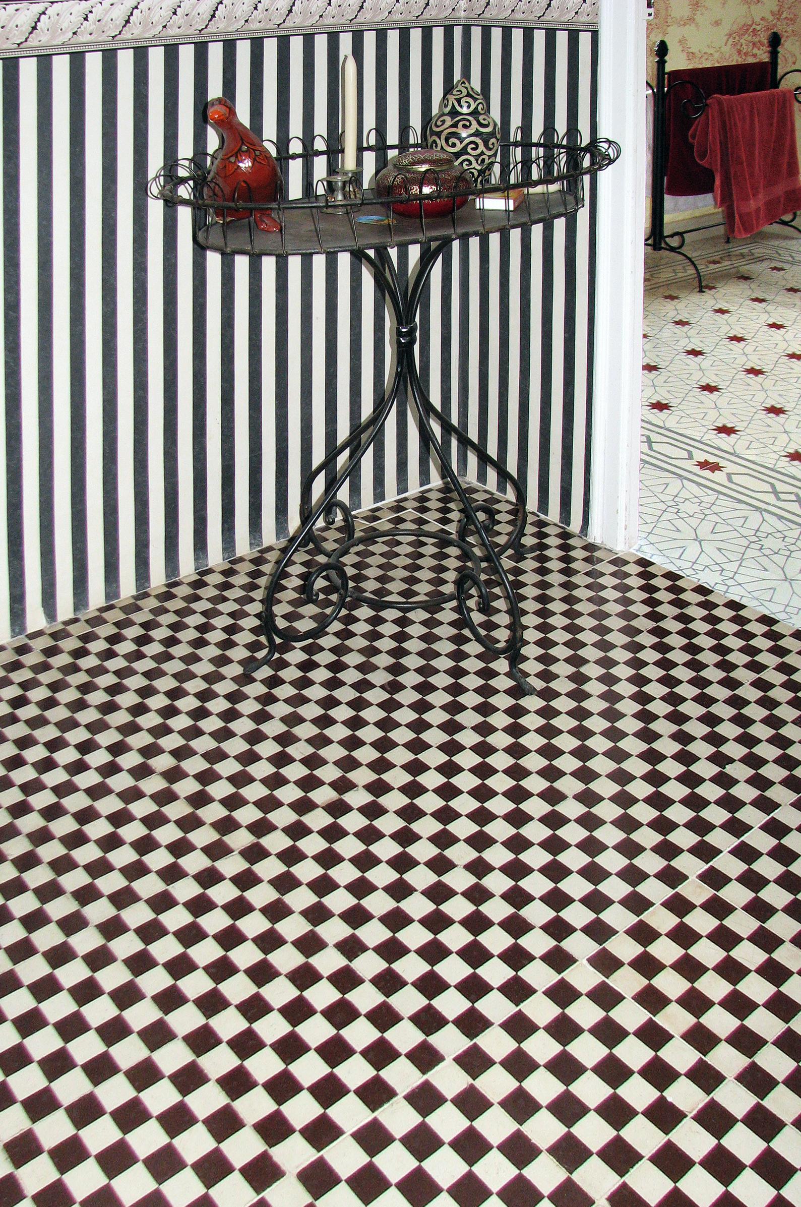 klassische fliesen aus zement. Black Bedroom Furniture Sets. Home Design Ideas