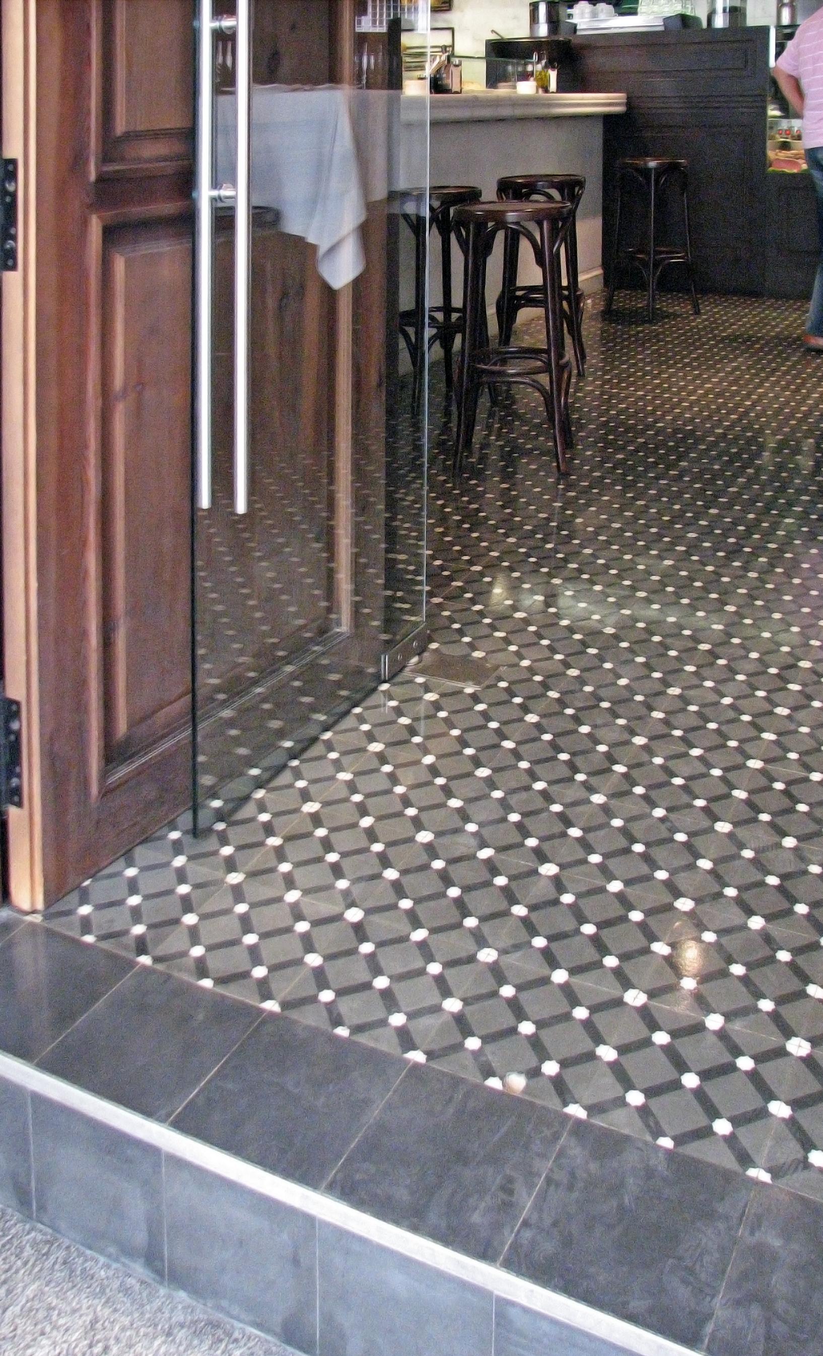 Zementfliesen im Restaurant