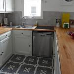 Graue Zementfliesen in der Küche