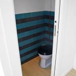 Toilette mit Zementfliesen
