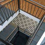 Treppenhaus mit Zementfliesen